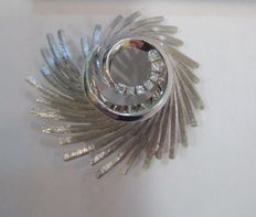 Brooch – 18 kt white gold and diamonds, 0.07 ct – From the 1950s.