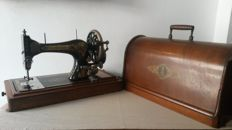 Beautiful decorative Singer 28 hand sewing machine with wooden cover, 1906