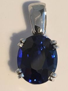 Pendant in 18 kt white gold with a sapphire of 7.66 ct.