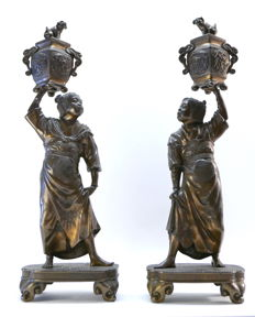 Pair of bronze statuettes with dark patina holding an incense burner - Japan - 1868-1912 (Meiji period)