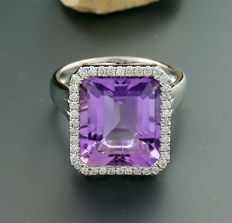 Classic amethyst brilliant ring, 9.82ct in total, 750 white gold --no reserve price--