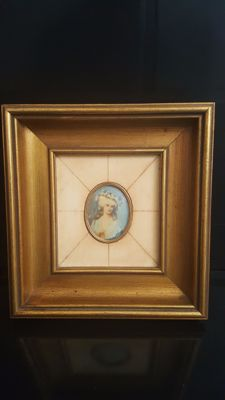 Frame with Lady Central porcelain plate Painted and signed Richly decorated in bone plates 19thC adorned with frame in gold carving