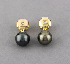 18 kt yellow gold - Earrings with cross design - Tahitian pearls - Brilliant-cut diamonds - Height of the earrings: 22.95 mm