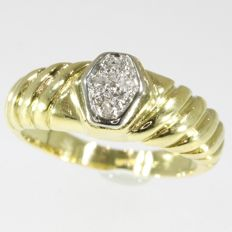 Vintage engagement ring with 4 diamonds anno 1970