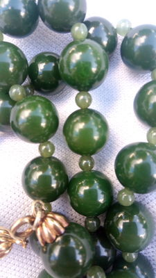 Necklace with large jade spheres with gold clasp - 1950s