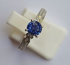 14K Solid White Gold Ring with 0,15 ct Diamonds and a Vivid Blue Sapphire aproxx 1.05 ct