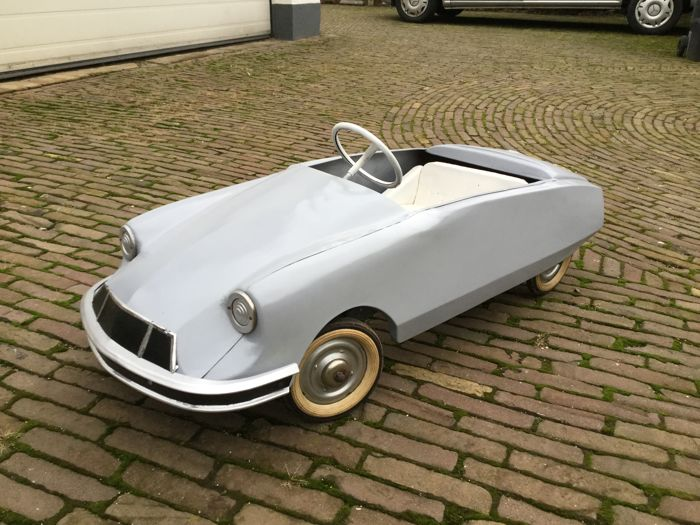 Citroën DS pedal car.