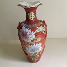 Large vase decorated with butterflies and chrysanthemums - Japan - Early 20th century