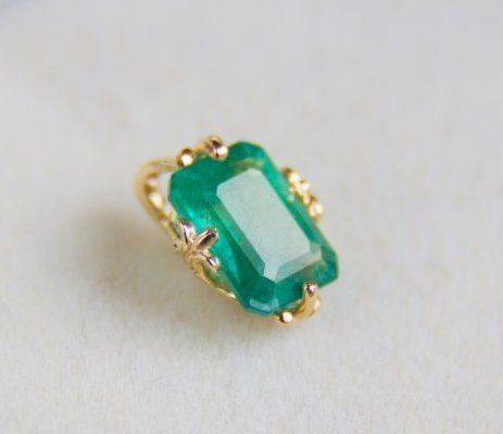 1.13 ct. emerald 14k gold pendant. Size: 9.85 x 7.28 mm.