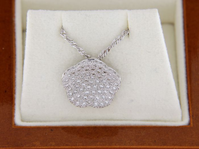 Pendant + earrings in 18 kt white gold and diamonds H/SI 1.02 ct