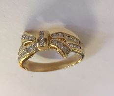 18 kt gold bow-shaped ring, set with 27 brilliants, size 16.75 (53)