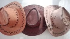 Lot of 3 hats in leather in perfect country style