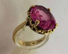 Gold ring with a synthetic pink spinel