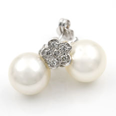 18 kt white gold earrings with flower-shaped motif, 0.30 ct of diamonds and South Sea (Australian) pearls – Earring height: 17.80 mm