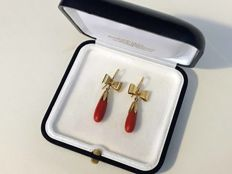 Earrings in 18 kt/750 yellow gold with pendant in dark red top quality Mediterranean coral – Hand-crafted in 1960