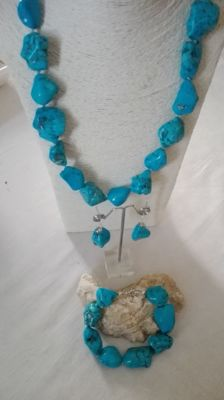 Bracelet, necklace and earrings set in turquoise. Hand-knotted. Finished in .925 silver