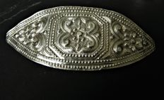 Belt buckle in silver.