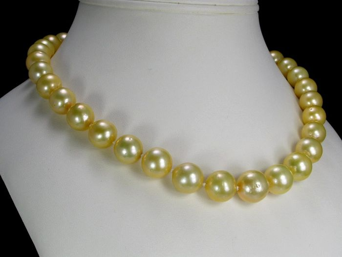 Collier necklace made of cultured pearls with diameter 12.0 – 14.5 mm with 585 / 14 kt gold clasp