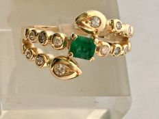 18 kt/750 yellow gold ring with 12 brilliant cut diamonds totalling 0.42 ct and an octagonal cut emerald – Ring weight: 6.47 g – Inner diameter: 18 mm