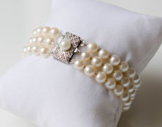 Pearl bracelet with silver - clasp.