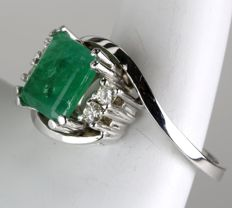 14Kt White gold ring with large natural facetted Emerald surrounded by 4 brilliants, H/VSI; about 1.78ct. total