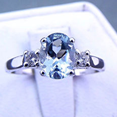 Ring in 18 kt white gold with aquamarine, 0.94 ct, and diamonds, 0.10 c, F/VS – Ring size: 14 mm