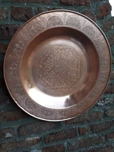 Large engraved red copper tray - Diameter: 49 cm - 2.350 kg.
