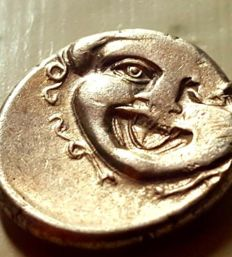 Griekse oudheid - Mysia, Parion - 4th century bc -  AR Hemidrachm (14mm, 2.42 g,) -  Gorgoneion / API, bull standing left, head right.