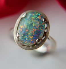 14Kt. White gold German ring with an polarising Opal-triplet of approx. 1.80CT.on a big oval ring head.