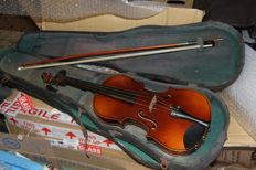 VINTAGE 3/4 VIOLIN without label, similar to a Stradivarius - vintage case to be restored - bow in good condition