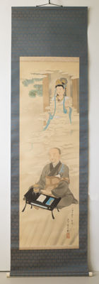 Large, hanging scroll (kakejiku) with a seated monk and Guanyin (観音). Hand-painted, partially in relief. Including the matching, wooden storage case – Japan – mid 20th century