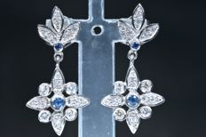 18 kt  White gold earrings with 28 diamonds (GH–SI) and 4 natural blue sapphires (colour A) –Length: 23.45 mm No reserve price