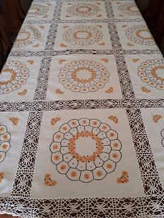 Italy - early 1900s - Large linen tablecloth with lace. entirely hand embroidered.