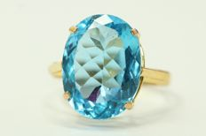 18k gold ring set with blue topaz, size 55.