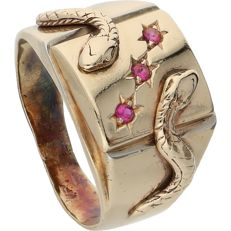 Yellow gold signet ring of 14 kt, set with three rubies and decorated with 2 snakes - Ring size: 19.75 mm
