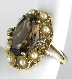 Antique solid wonderful ring with extra large faceted brown Sapphire ca. 7.54Ct, surrounded by 8 seed beads ca. 2mm and 2 diamonds about 0,05ct.