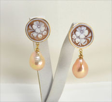 Earrings in 18 kt gold – Sardonic cameos – Pink pearls – Made in Italy – Length: 35 x 18 mm