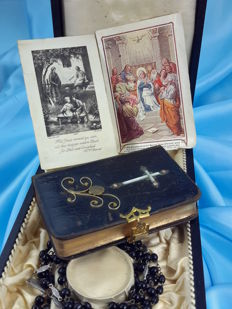 Old and rare set of book and two rosaries from 1899, with handmade works on the cover-'The miracle of divine love' (Die Wunder der Göttlichen Liebe)
