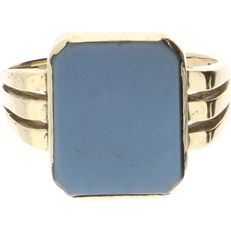 Yellow gold signet ring of 14 kt, set with a layered stone - ring size: 18.25 mm