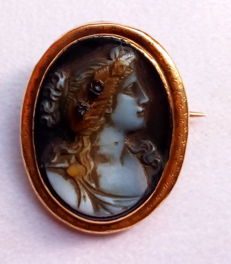 Unique 18 kt gold ¨hardstone¨ agate cameo brooch, cut from a single piece, with an antique image - early 1800s - No reserve price -