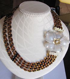 Necklace in 4 strands with faceted amber, 29.9 g, clasp in chalcedony quartz, setting in 18 kt gold, weight 26.5 grams