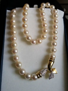 Necklace with Japanese Akoya pearls Ø 9 mm, gold and diamonds for 0.46 ct