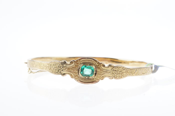 14 kt gold vintage bracelet set with emerald green gemstone