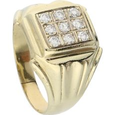 18 kt Yellow gold signet ring set with 9 diamonds of approx. 0.45 ct in total – Ring size: 20 mm