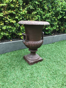 Chic and tall cast iron garden vase with upright handles - Campana model