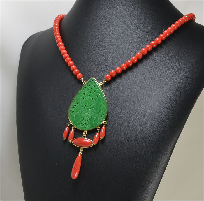 Necklace in 18 kt gold – Red coral and jade – 45 cm