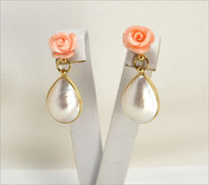 Earrings in 18 kt gold –  pink coral and droplet shaped Mabe pearls – Made in Italy – length, 32 x 15 mm