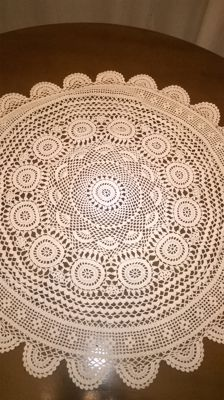 Refined round centrepiece entirely worked by hand in crochet
