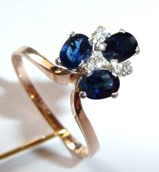 Ring made of 333 / 8 kt gold with silver head – 3 natural sapphires of 1.5 ct + 3 diamonds *no reserve*