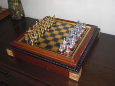 Rare chess set 'the seven-year war' with gold-plated and silver-plated chess pieces and chessboard